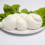 Barchette di foglie di limone con mozzarella filante